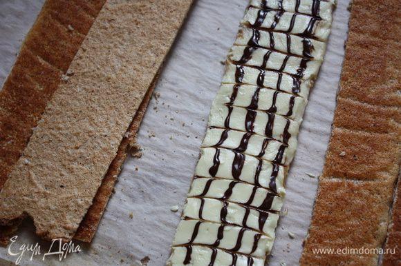 Пока глазурь не застыла, наносим 4 вертикальные полосы из черного шоколада и зубочисткой проводим полоски в разные стороны. Сначала в одну,потом в другую.