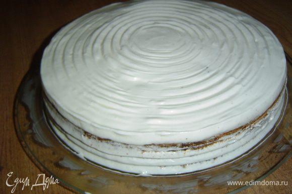 Теперь наносим крем сверху на торт и обмазываем бока.