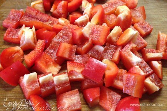 Болгарский перец помыть, обсушить, разрезать на пополам, вынуть семена, и перегородки. Нарезать крупными кусочками и также добавить к курице.