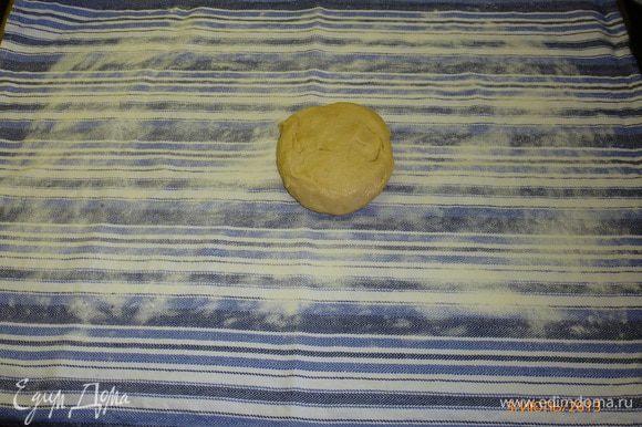Возвращаемся к тесту. Расстелим на столе кухонное полотенце, присыпем его мукой и раскатываем на нем тесто как можно тоньше.