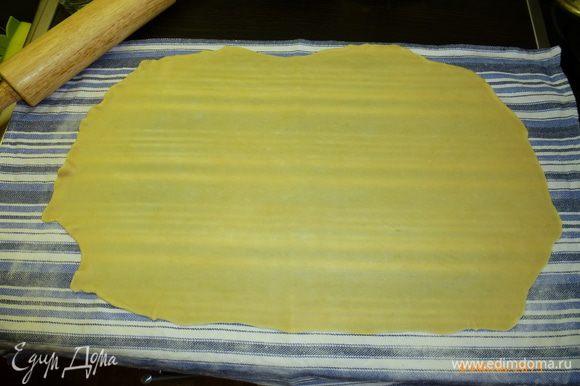 Тесто мягкое, податливое, раскатывается легко. Тесто слегка смажем размягченным сливочным маслом.
