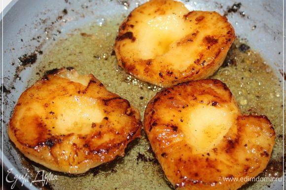 А…, кстати. Жир утиный не спешите выливать … ну, типа там – раковину. Возьмите пару яблок. Почистите … и на сковороду. В этот самый утиный жир.