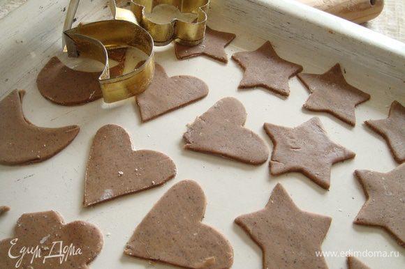 вашими любимыми формочками или стаканом(в форме полумесяцев) вырезать тесто, выложить на противень. Выпекать в предварительно разогретой духовке при t 180С 10-12 мин