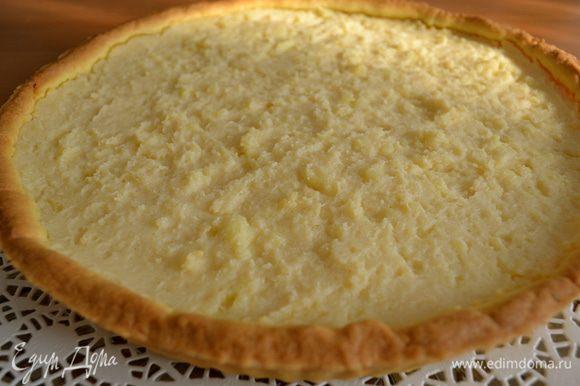Поставить выпекаться в духовку на 45 минут. Готовый торт достать из духовки, дать ему остыть, и переложить на блюдо.