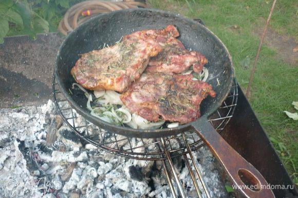 Итак, готовое мясо снимаем с решетки или шампуров, выкладываем его на лук. можно накрыть сверху крышкой. и на 3-4 мин поместить все над углями