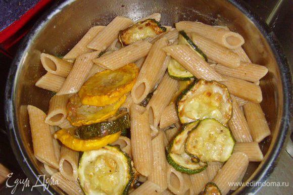 С пасты слить воду и ещё горячую смешать с цукини, дать остыть. Если необходимо добавить соль и перец.