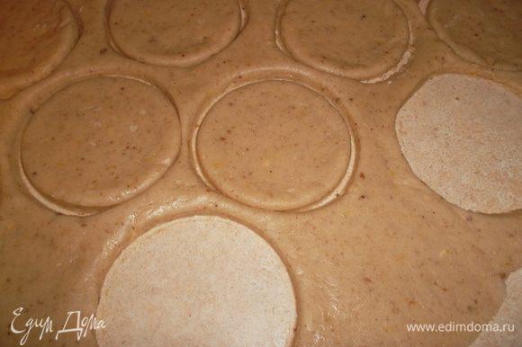 Раскатать тесто толщиной 0,5 см и вырезать печенье....