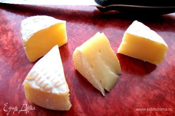 Половинку кружка сыра нарезаем на удобные кусочки-треугольнички...
