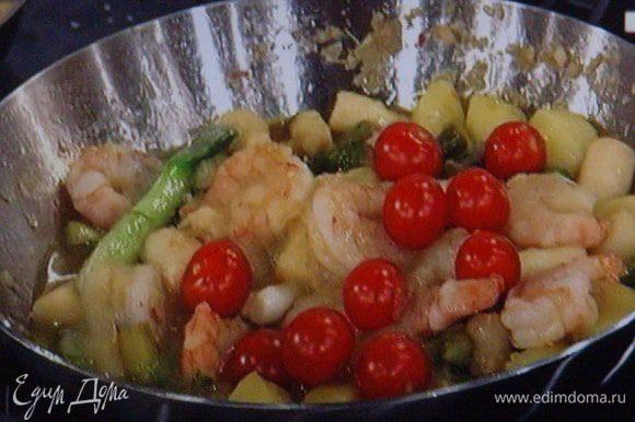 Влить соевый соус и бульон, проварить на маленьком огне от 6 до 8 мин, не за долго до конца добавить помидорки. Посолить, поперчить, добавить порошок чили. Снять с огня.