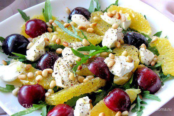 Посыпьте сверху жареными кедровыми орешками. Салат готов! Приятного аппетита!
