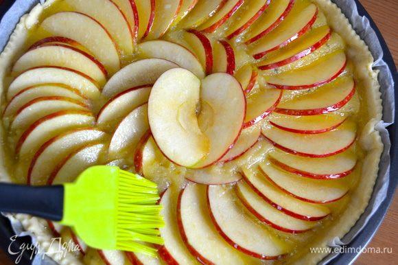 Растопить сливочное масло и смазать кисточкой поверхность пирога. Сверху присыпать немного сахаром. И поставить выпекаться при 180 С на 25-30 минут. Следить за временем выпечки пирог в Вашей духовке!