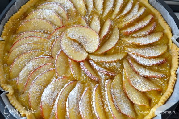 """Как только пирог будет готов, достать его из духовки и включить ее на максимум, с функцией """"гриль"""", если она у Вас есть. Пирог, между тем, присыпать слегка сахарной пудрой и поставить в духовку еще на 2 минуты!"""