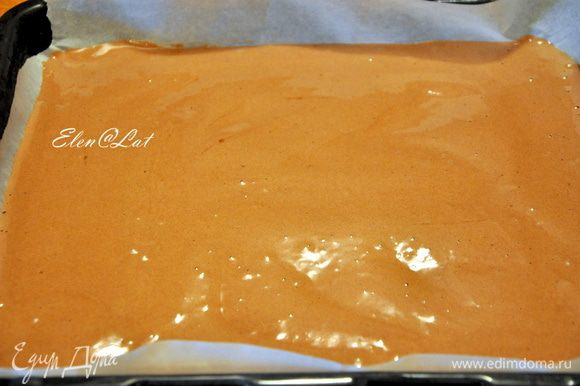 Добавьте аккуратно муку, какао и разрыхлитель, ванилин. На противень застеленный бумагой для выпечки, вылить тесто, распределить по всей поверхности. Выпекайте в заранее разогретой до 200 С духовке примерно 10-12 мин.