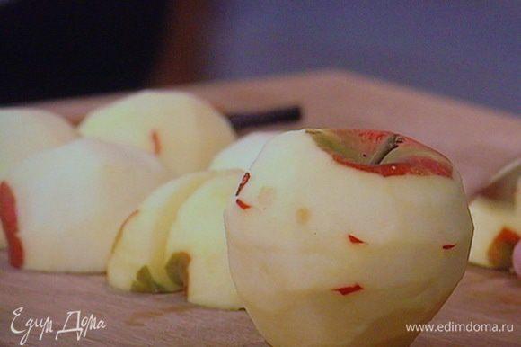 Очистить яблоки.