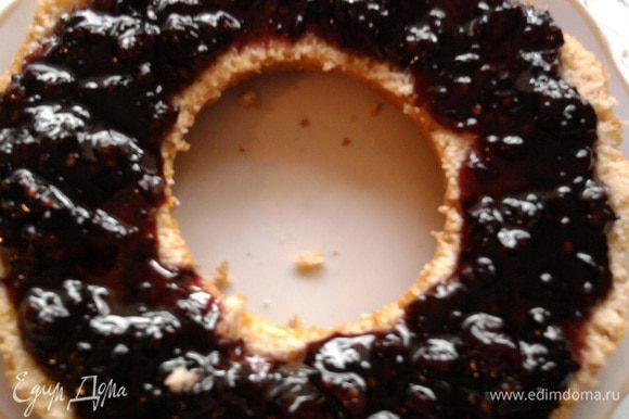 Когда кекс немного остынет смазать малиновым вареньем.