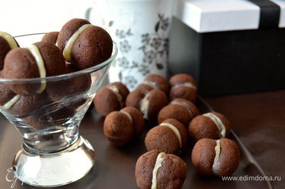 """Белый шоколад растопить на водяной бане (или в микроволновой печи). Соединить половинки печенья между собой, капнув на одну половинку шоколад, и """"приклеив"""" к ней другую половинку печенья. Приятного Вам кофе- и чаепития!!! )))"""
