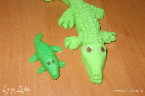 Для контраста посмотрите на крокодильчиков: большой сделан из маршмеллоу, а маленький - из молочной мастики.