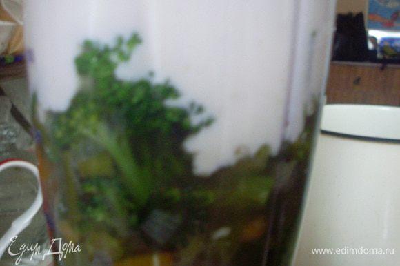 Взбить в блендере овощи с бульоном и сливочным соусом. Подсолить по вкусу (в зависимости от солености сыра).