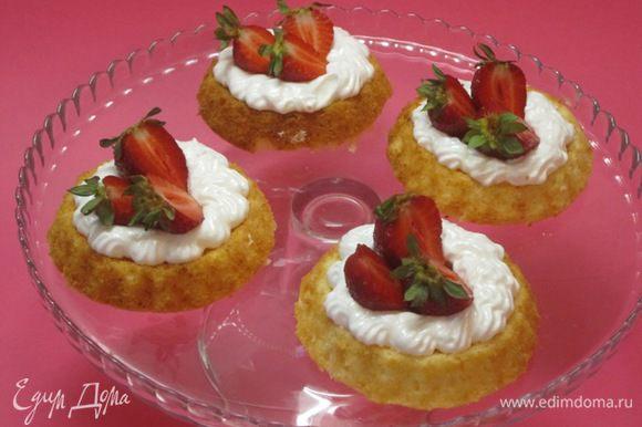 На испеченные бисквитики отсадить белковый крем, украсить ягодами клубники и черешни.