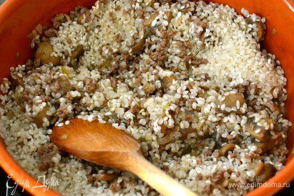 """Выложить рис и как следует перемешать с мясом, грибами и луком. Позволить рису напитаться всеми """"соками""""."""