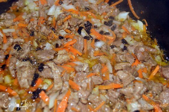 Добавляем специи:барбарис, соль,зиру...немного припускаем. Если делаете с говядиной, то можно налить немного воды и потушить.