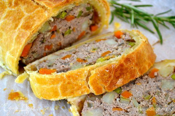 Готовый штрудель оставить немного остыть, а затем нарезать и подавать. На гарнир хорошо подойдет зеленый салат, или картофельное пюре, или с овощами, приготовленными на пару.