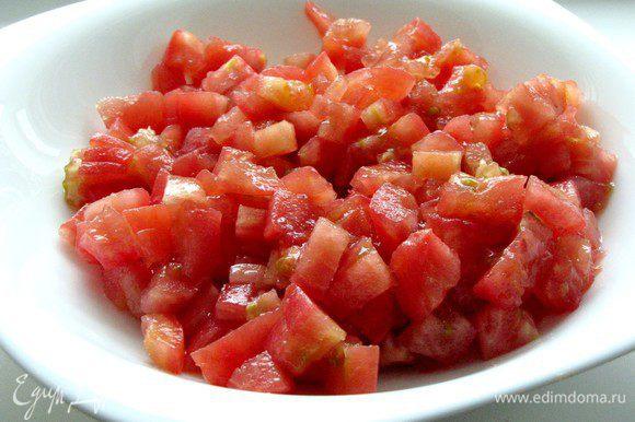 Для начала подготовим овощи. На помидорах сделать крестообразные надрезы и залить их кипятком на 1 мин. Слить воду и очистить помидоры от кожуры. нарезать помидоры кубиками.