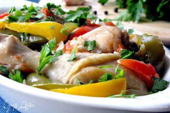 Курочка по-басконски готова. Как вариант, можно отдельно обжарить мелко-нарезанный бекон и добавить к блюду, по желанию. При подаче посыпать мелкорубленной петрушкой.