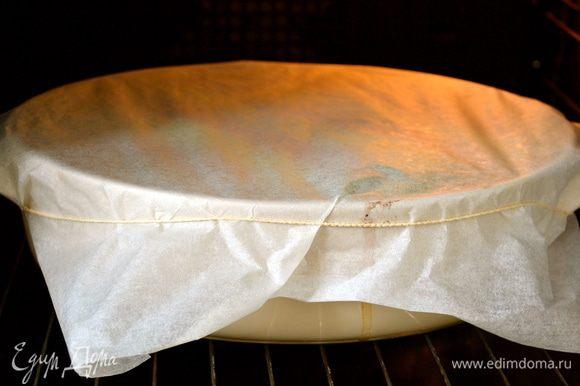 Накрыть пекарской бумагой и выпекать в горячей духовке 30 минут.