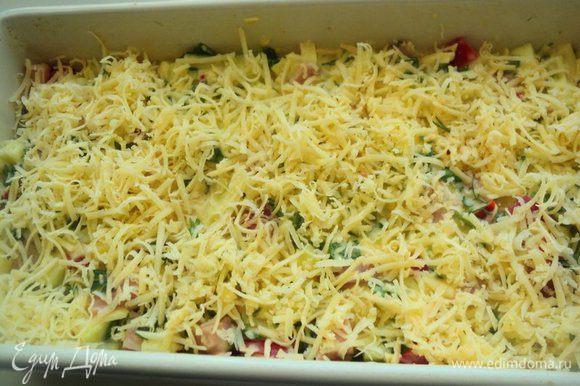 Форму (10х20 см) смазать растительным маслом, наполнить подготовленной массой, разровнять. Сверху посыпать тертым сыром.