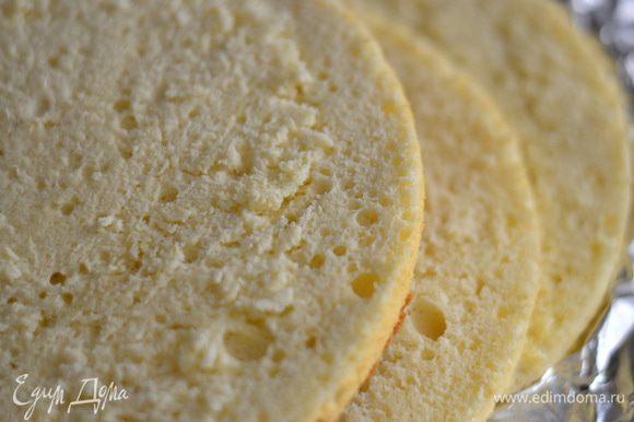 Разрезать бисквит на 2 ровные части,чтобы получились 3 одинаковых коржа.