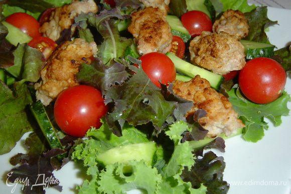 сверху кладем помидоры-черри, огурцы, порезанные полукольцами,затем выкладываем горячие котлетки.