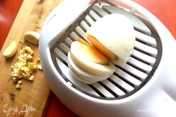 Яйца отвариваем,остужаем и измельчаем на яйцерезке.