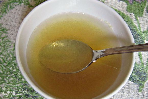Желатин замочить в холодной воде на 15 мин.
