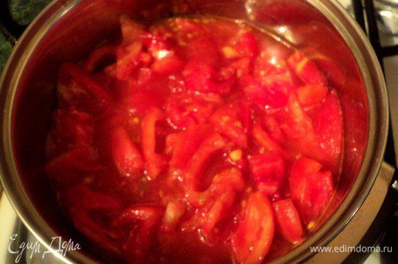 Помидоры надрезать крестообразно сверху, Залить на минутку кипятком, затем кипяток слить и очистить помидоры от кожицы. Порезать помидоры кубиками, добавить сахар, итальянские травки, соль и перец по вкусу довести до кипения и варить на небольшом огне 10-15 минут.