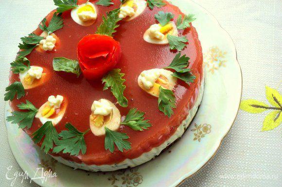 Украсить закусочный торт листиками петрушки и базилика, розочкой из помидора.