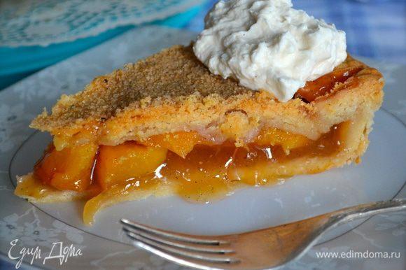 Идеально еще слегка теплый кусочек пирога, со сливками и с чашечкой чай (кофе). Но и в остывшем виде очень-очень вкусно!!! )))