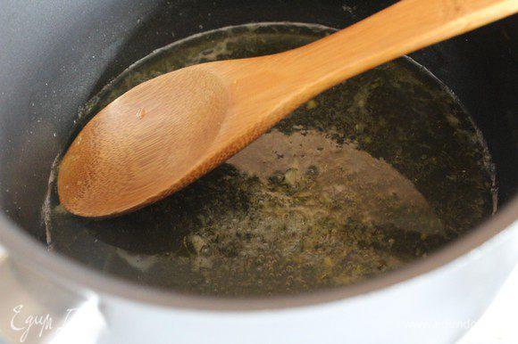 В сотейнике с толстым дном соединить 100 мл воды с соком и цедрой лимона, добавить сахар, довести до кипения, влить мед. Снять с поверхности пену (если она будет)