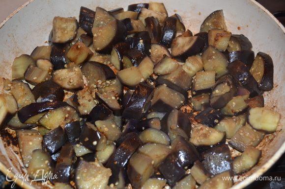 Для начала баклажаны нарезаем на большие брусочки. солим и даем немного постоять что-бы вышла горечь. Обжариваем баклажаны на растительном масле до готовности.