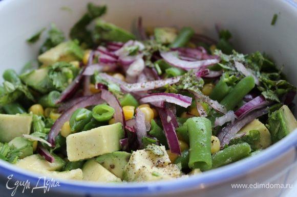 Сложить овощи и зелень в салатник. Смешать лимонный сок с растительным маслом, солью и перцем. Залить салат заправкой и хорошо перемешать.