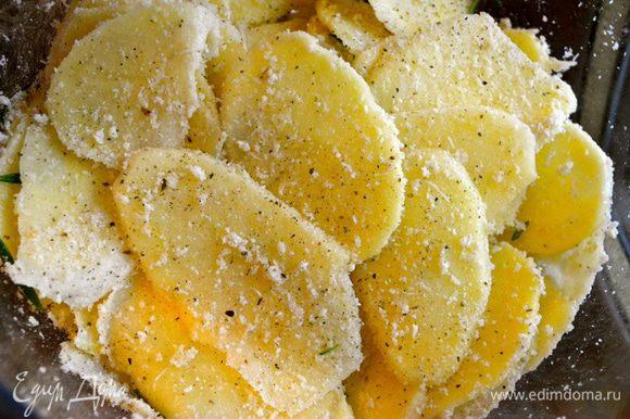 Полить картошку оливковым маслом, посолить, поперчить, присыпать сухарями и тертым сыром. Как следует все перемешать руками.