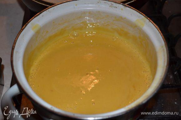 3 желтка слегка взбить вилкой, влить к желткам молочную смесь с ирискам, хорошо перемешать и снова перелить в кастрюльку смесь. Непрерывно помешивая проварить несколько минут до загустения