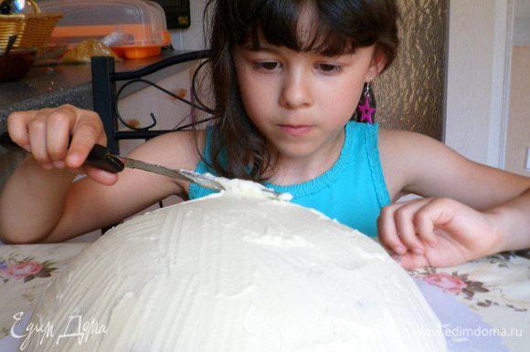 К обеду моей дочери стало легче.Достаки торт из холода и перевернули,убрали пленку.Взбили еще 200 гр.сливок и смазали верх торта