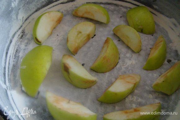 Заранее приготовить форму. Смазать раст. маслом, обсыпать мукой, выложить на дно часть яблок