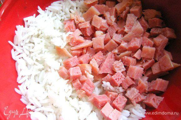 Сначала делаем начинку... К рису добавляем ветчину.