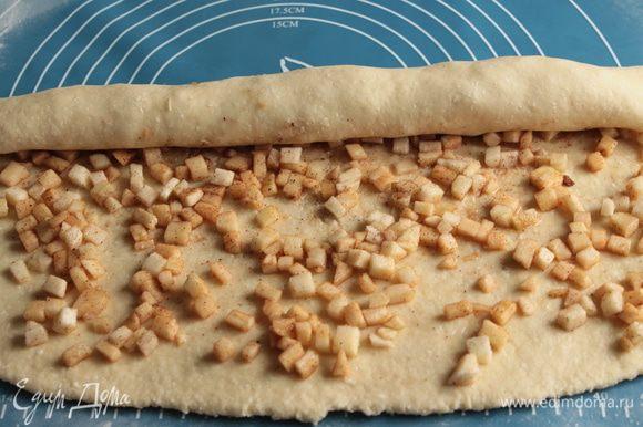 Тесто раскатайте в прямоугольник толщиной , равномерно распределите начинку и сверните в рулет.