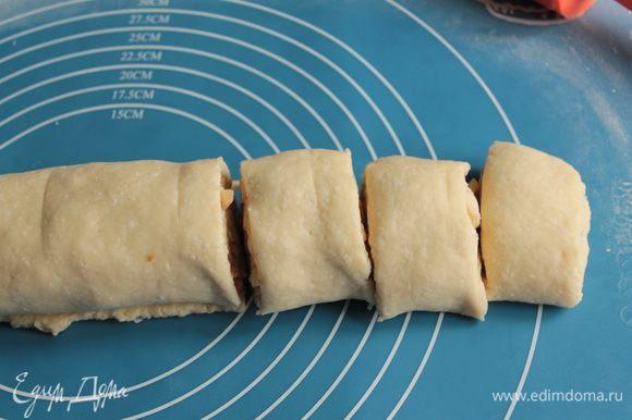 Разрежьте на кусочки длиной примерно 4 см и выложите их в форму.Между ними должно останется свободное место, при выпекании оно заполнится.