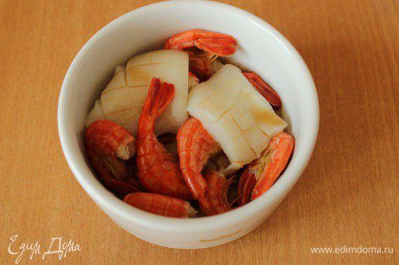 Для маринада смешать соевый соус, оливковое масло, натертый на мелкой терке имбирь и вино. Разделить на 2 части - одну оставить для соуса, а второй залить размороженные креветки и кальмар. Оставить на 25-30 минут.