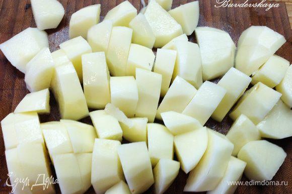 Картофель помыть, почистить и нарезать крупными кусочками. Добавить в гуляш вместе с мякотью помидоров.