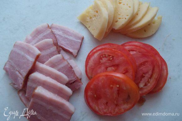 Грудинку,помидор и сыр порезать на пластинки,примерно такого же размера как картофель.